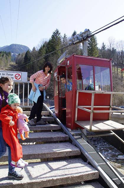 Los geht`s in der nostalgischen Kabinen der Obersalzbergbahn