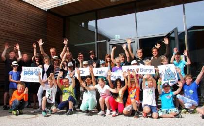 Ein Grund zum Feiern auch für die Mitarbeiter des Nationalparkzentrums. Grundschüler aus Burghausen feiern mit.