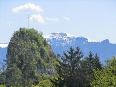 der kleine Barmstein mit Maibaum auf dem Gipfel