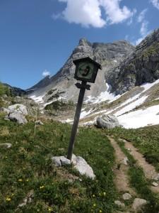 Hinweisschild zur Bergwachthütte