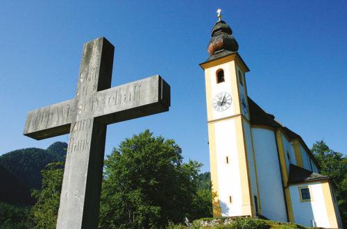 Kreuz vor der Pankrazkirche
