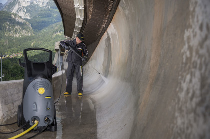Firma Kärcher reinigt die 1.800 Meter lange Betonrinne