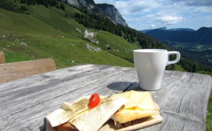 Deftige Almbrotzeit: Käsebrot und Buttermilch