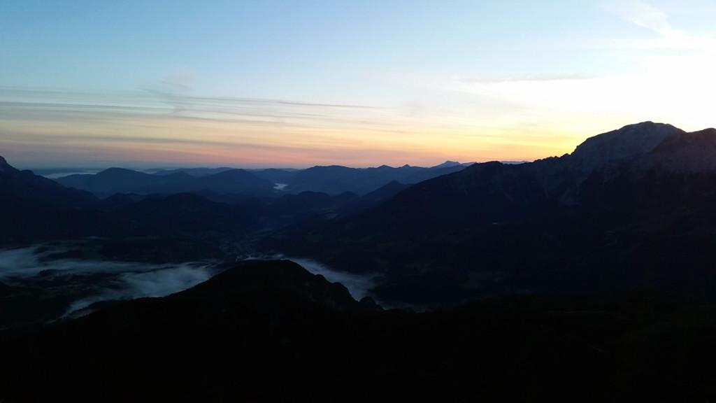 Nebel im Tal bei Sonnenaufgang