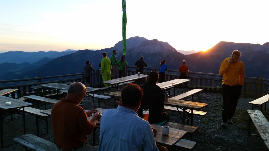 Sonnenaufgang auf der Terrasse des Watzmannhauses