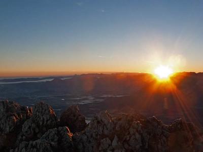 Die Sonne erscheint über den Salzburger Bergen