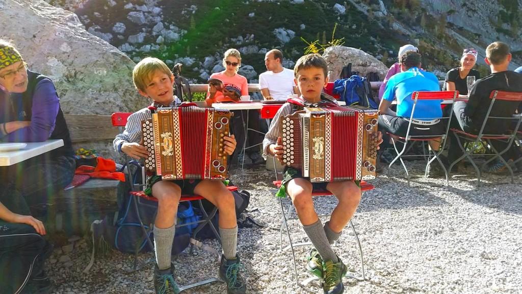 Junge Musikanten an der Blaueishütte
