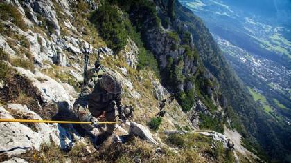 Stürzen verboten! Steil zieht die Kletterroute hinauf zum Hochstaufen. Die Position gewährt Tiefblicke zurück auf die Marschstrecke.