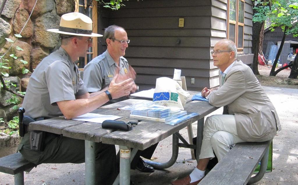 Dr. Michael Vogel, Leiter des Nationalparks Berchtesgaden (r.), besprach bei seinem Besuch in den USA die künftige Zusammenarbeit beider Schutzgebiete mit den Führungskräften des Yosemite Nationalparks Michael Stansberry (l.) und Scott Gediman (Mitte).