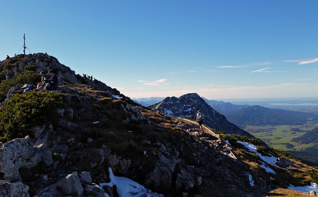 Blick zum Zwiesel und zum Chiemsee kurz unterhalb des Gipfels