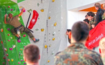 Ein Soldat beim erklimmen der Kletterwand beim Einzelklettern