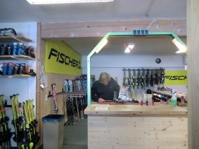 Skilehrer Friedl stellt die Ski ein