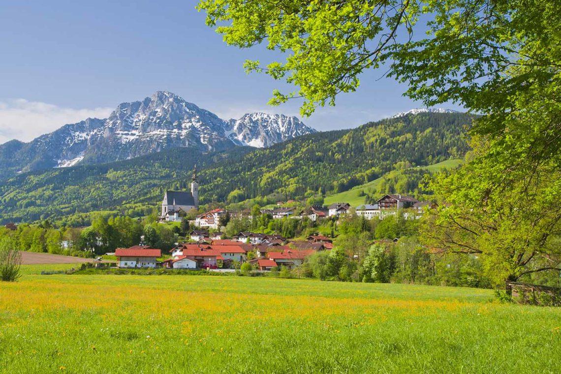 Blick über die Frühlingslandschaft auf das Dorf Anger © RoHa Fotothek Fürmann