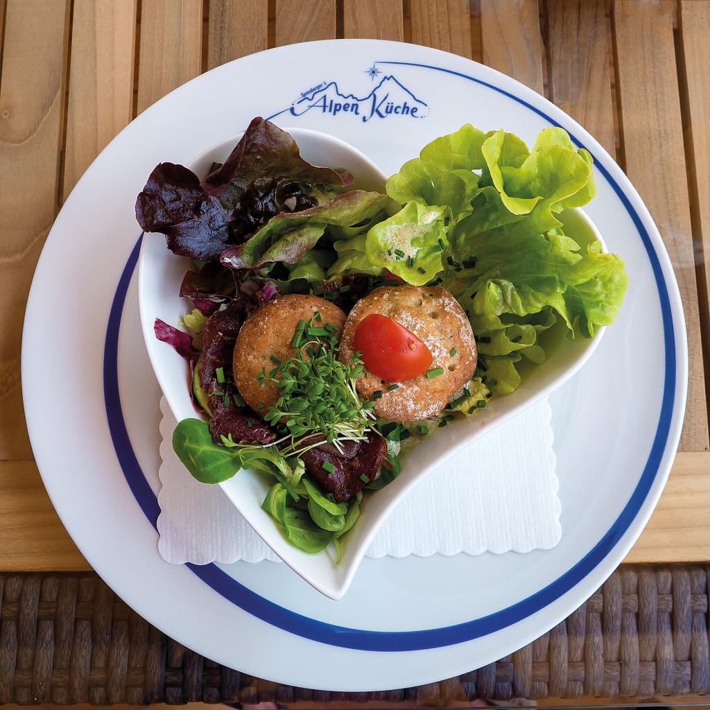 leckerer Salat mit Kaspressknödel