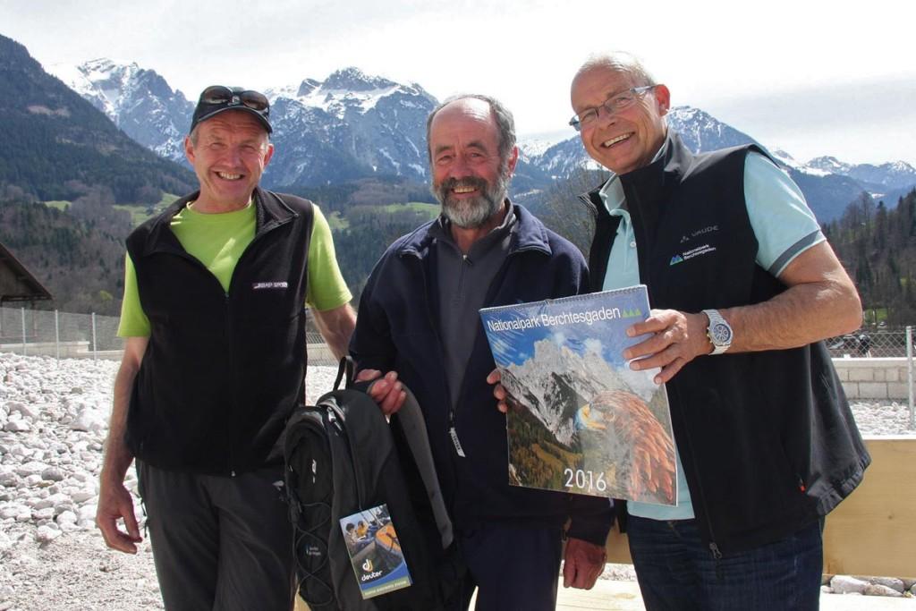Nationalpark-Leiter Dr. Michael Vogel (r.) und Nationalpark-Wegereferent Lorenz Köppl (l.) überreichten dem ehemaligen ehrenamtlichen Wegewart der DAV Sektion Traunstein, Christian Scheiter, einen prall gefüllten Rucksack als Anerkennung für seine 30-jährige ehrenamtliche Tätigkeit im Nationalpark Berchtesgaden.