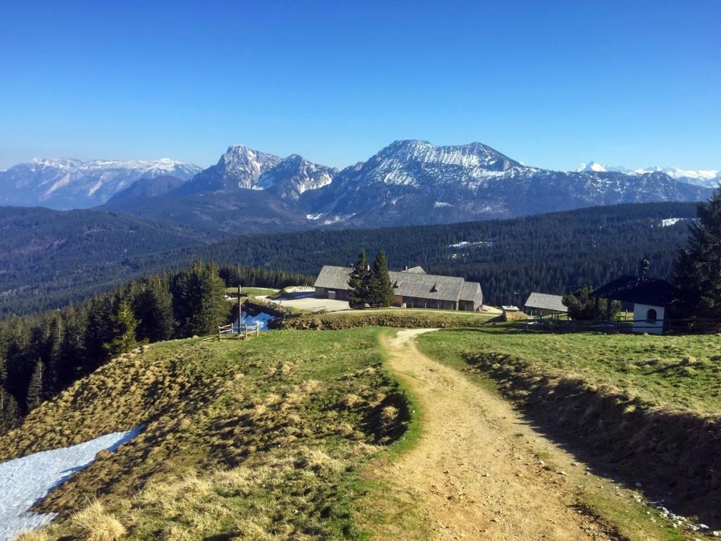 Der Blick vom Weg zum Gipfel zurück zum Almkaser