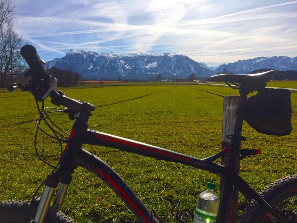 Das Fahrrad endlich aus dem Keller geholt, im Hintergrund der Untersberg