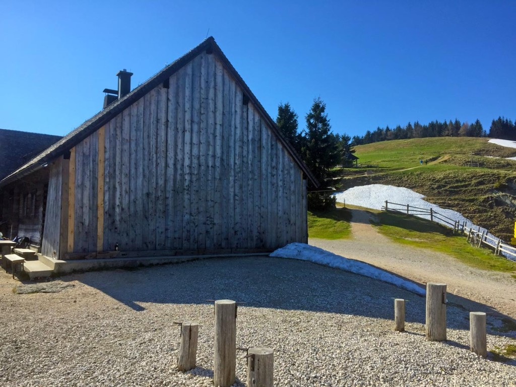 Noch sind die Bänke auf der Terasse nicht montiert, der Winterschutz vor dem Hütteneingang ist noch nicht entfernt