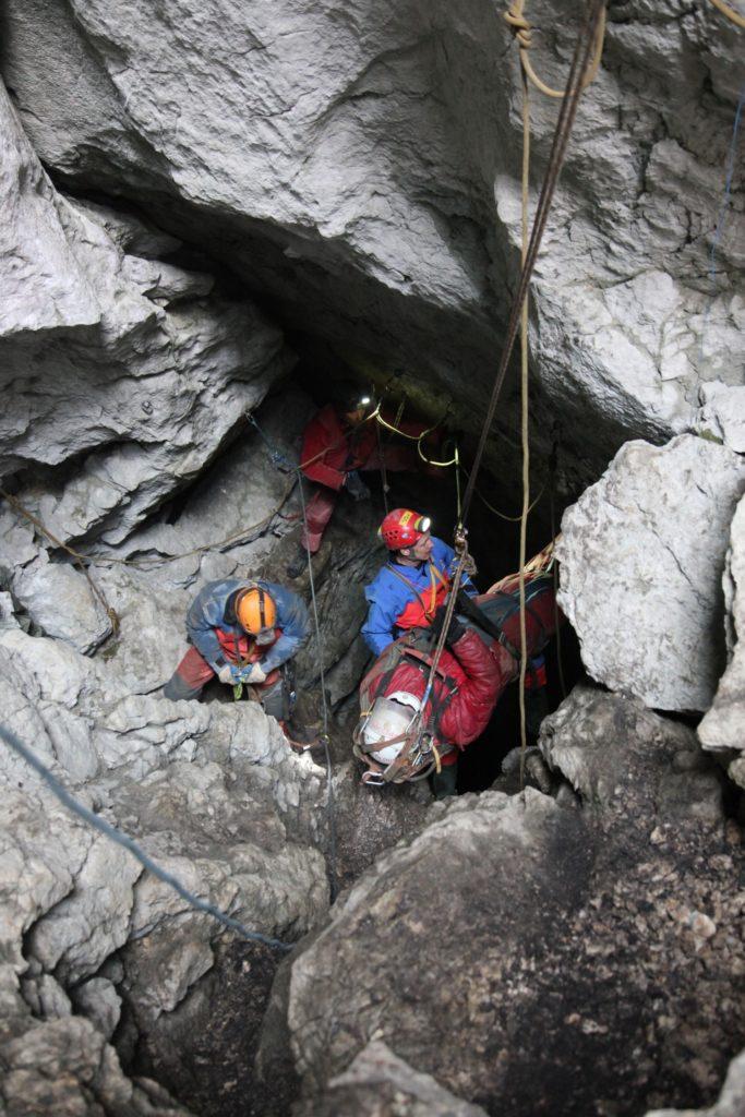 Rettung des verletzten Höhlenforschers aus der Riesending Höhle © BRK BGL