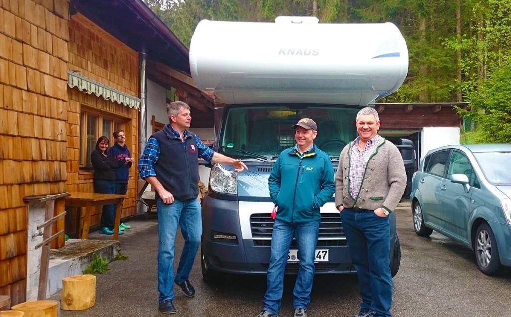 """Das Oxn-Aug'n Trio mit ihrem """"Tourbus"""""""