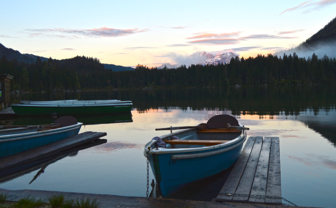 Riderboote am abendlichen Hintersee
