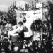 """Motivwagen beim Leohardiritt zwischen 1945 und 1950 - viele dieser Motivwägen rief der damalige Kaplan Spitzl ins Leben. Er verfügte, dass alle Ortsteile der Pfarrei einen Motivwagen stellen mußten """"Großvaters Segen"""""""