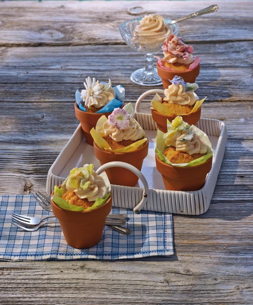 Topfkuchen mit Erdbeer-Butter-Creme und  kandierten Blüten