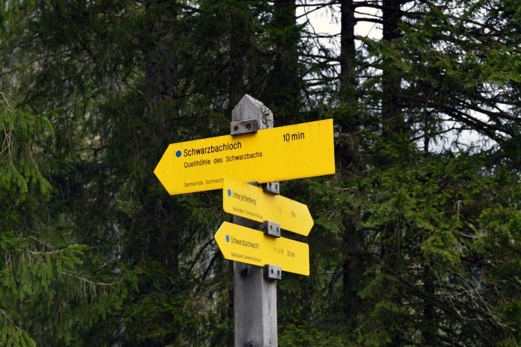 Wegweiser zum Schwarzbachloch auf der Schwarzbachalm