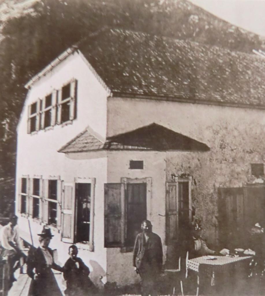 Johann Grill stolz vor dem Watzmannhaus