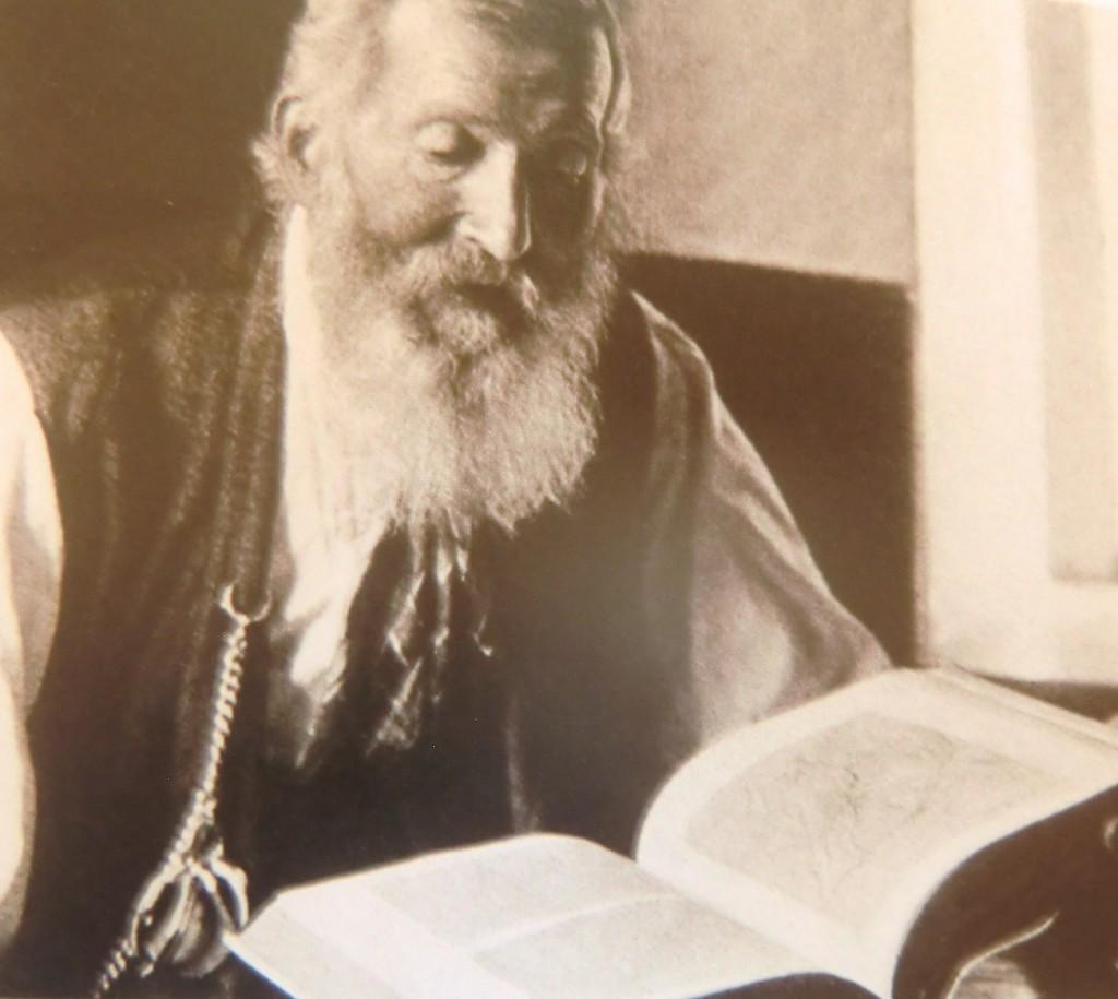 Johann Grill blättert in der  Watzmann Monografie
