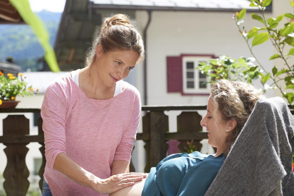 Hebamme Lena Lorenz (Patricia Aulitzky) bei einem Vorsorgetermin mit einer Schwangeren (Julia Zehentner)