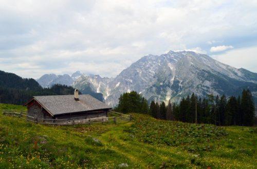 Die Priesbergalm, dahinter der Watzmann
