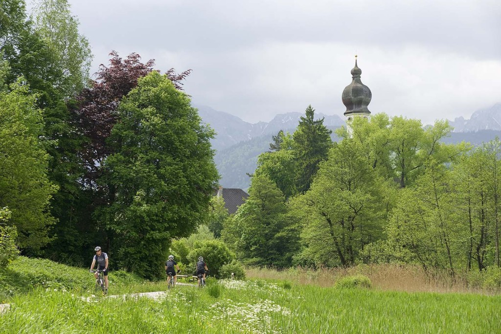 Mountainbiker in Höglwörth in der Gemeinde Anger im wunderbaren Frühling, Rupertiwinkel