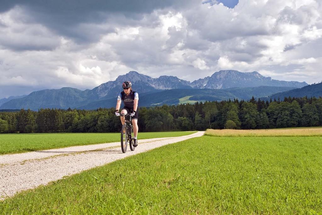 Mountainbiker vor dem wunderbaren Panorama zu Hochstaufen und Zwiesel