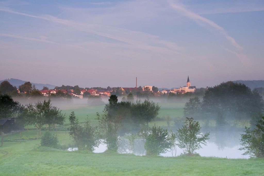 Nebelstimmung um Teisendorf mit dem Pfarrer-Weiher im Vordergrund bei Sonnenaufgang  (c) roha-fotothek
