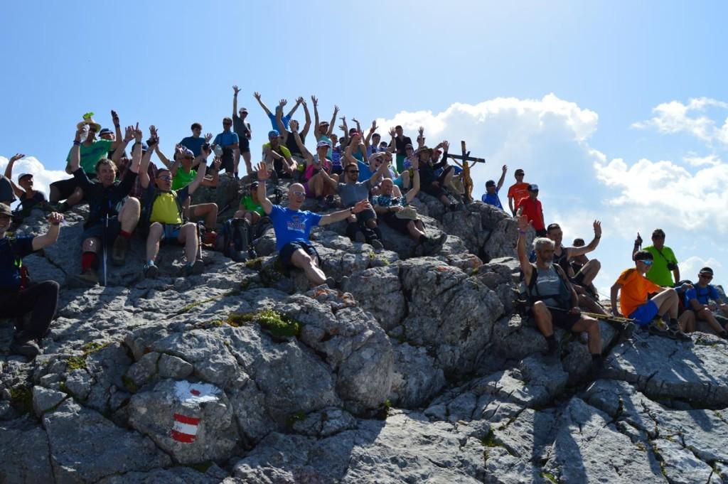 Gruppenbild der 24 Stunden Watzmann extrem Wanderer am Gipfelkreuz Hocheck