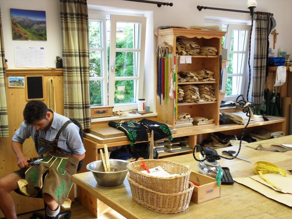 In der Werkstatt des Lederhosenmachers Engelbert Aigner