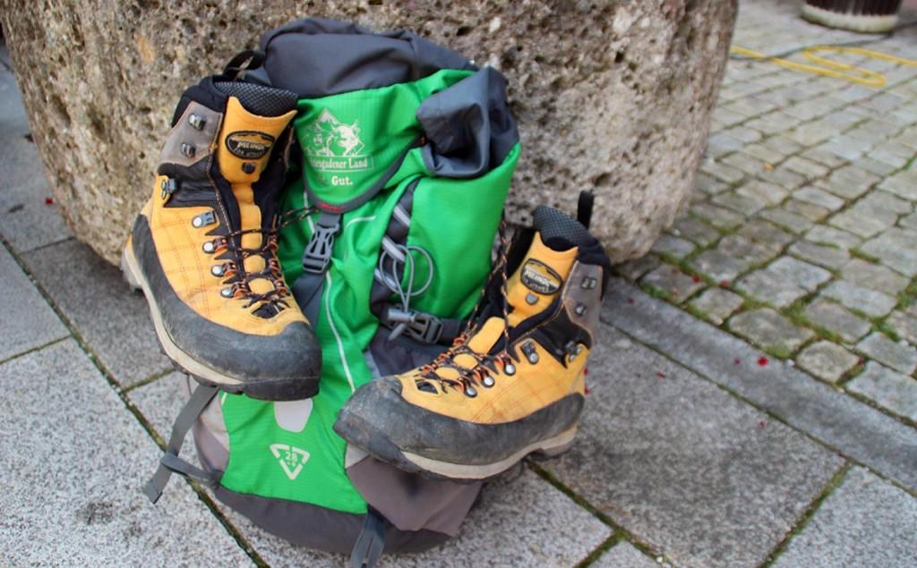 Schuhwechsel zur Halbzeit der 24 Stunden Wanderung