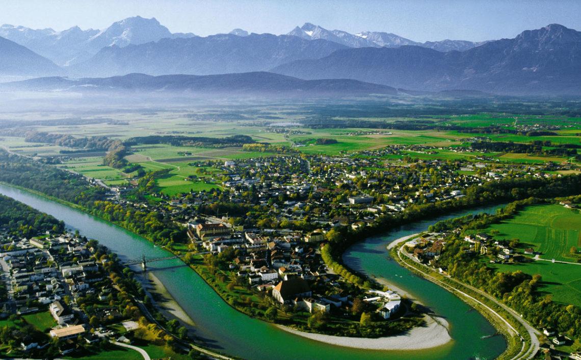 Die Stadt Laufen in der Schleife der Salzach, im Hintergrund die Berchtesgadener Alpen