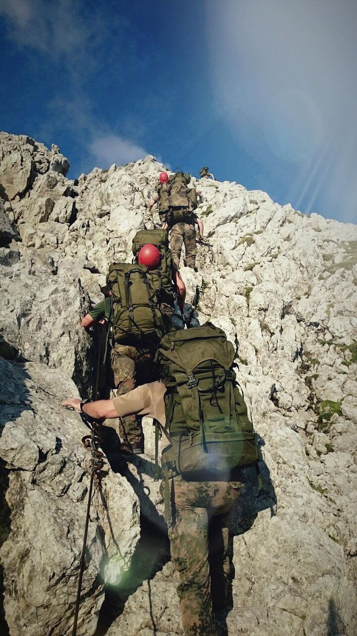 An einigen Stellen ist die Watzmann-Überschreitung mit Stahlseilen versichert an denen sich die Soldaten festhalten können.