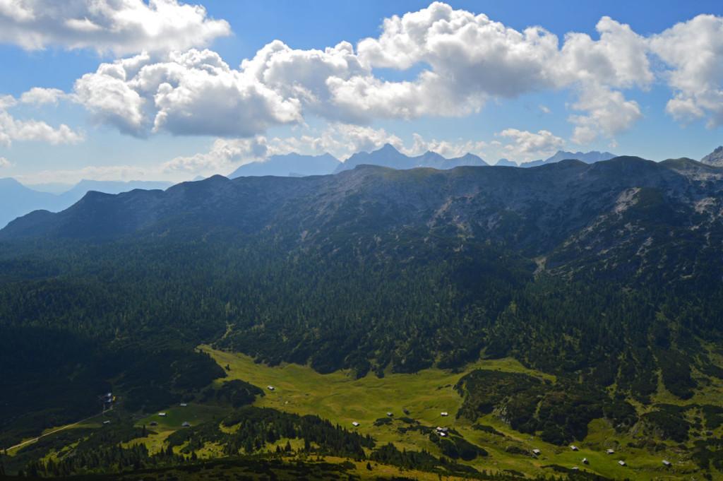 Tiefblick vom Weitschartenkopf zum Plateau der Reiter Alm