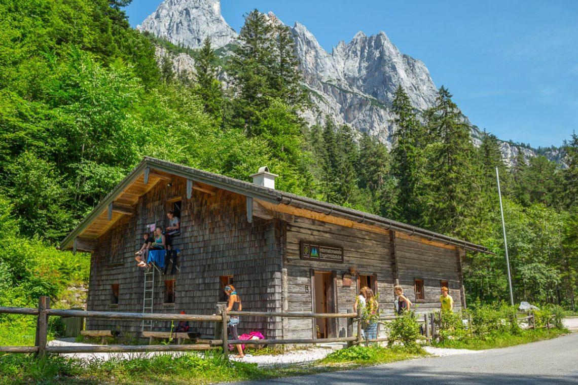 Jugendliche zwischen 13 und 16 Jahren treffen sich vom 19. bis 21. August beim Jugendcamp auf der Engert-Holzstube im Klausbachtal.