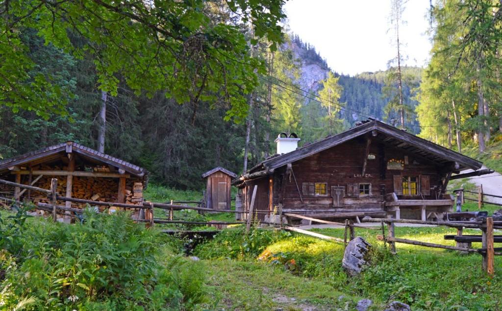 Enzian-Brennhütte der enzianbrennerei Grassl auf der Priesbergalm