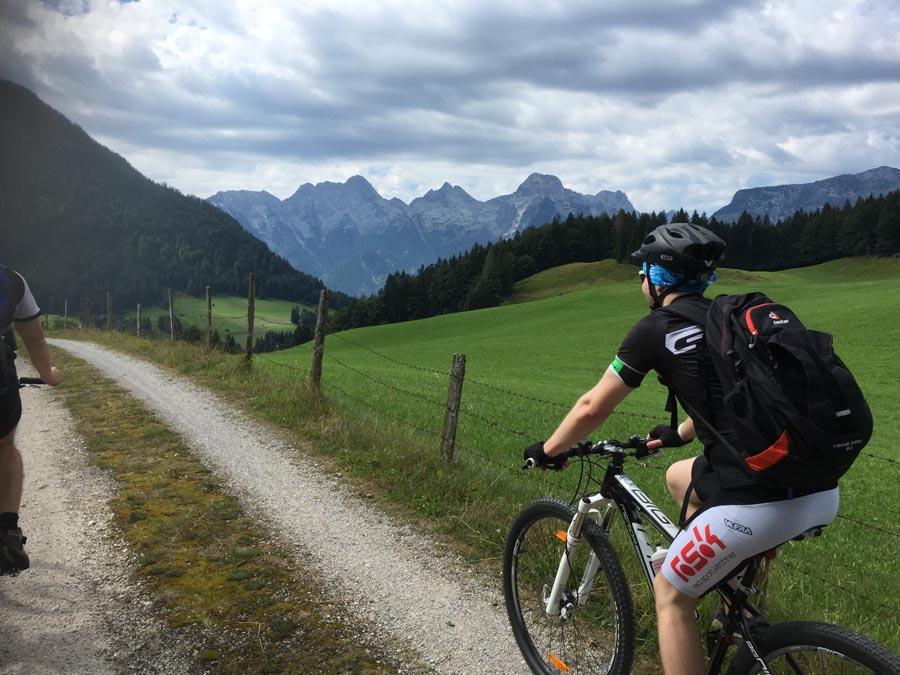 Mountainbiker vor Berg