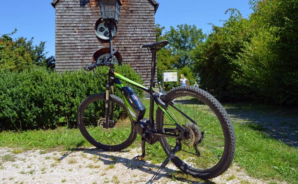Ein Mountain-E-Bike vor der Kirche Vachenluegg