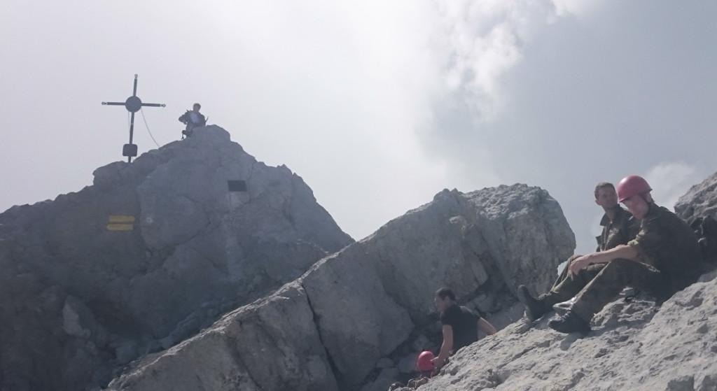 Rast nahe dem Gipfelkreuz auf der Watzmann Mittelspitze