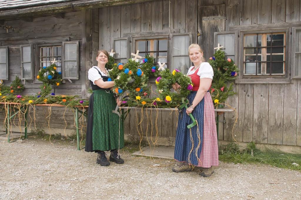 die Sennerinnen mit den Fuikln zum Almabtrieb auf der Stoißeralm auf dem Teisenberg - Teisendorf/Anger, Berchtesgadener Land, Rupertiwinkel,