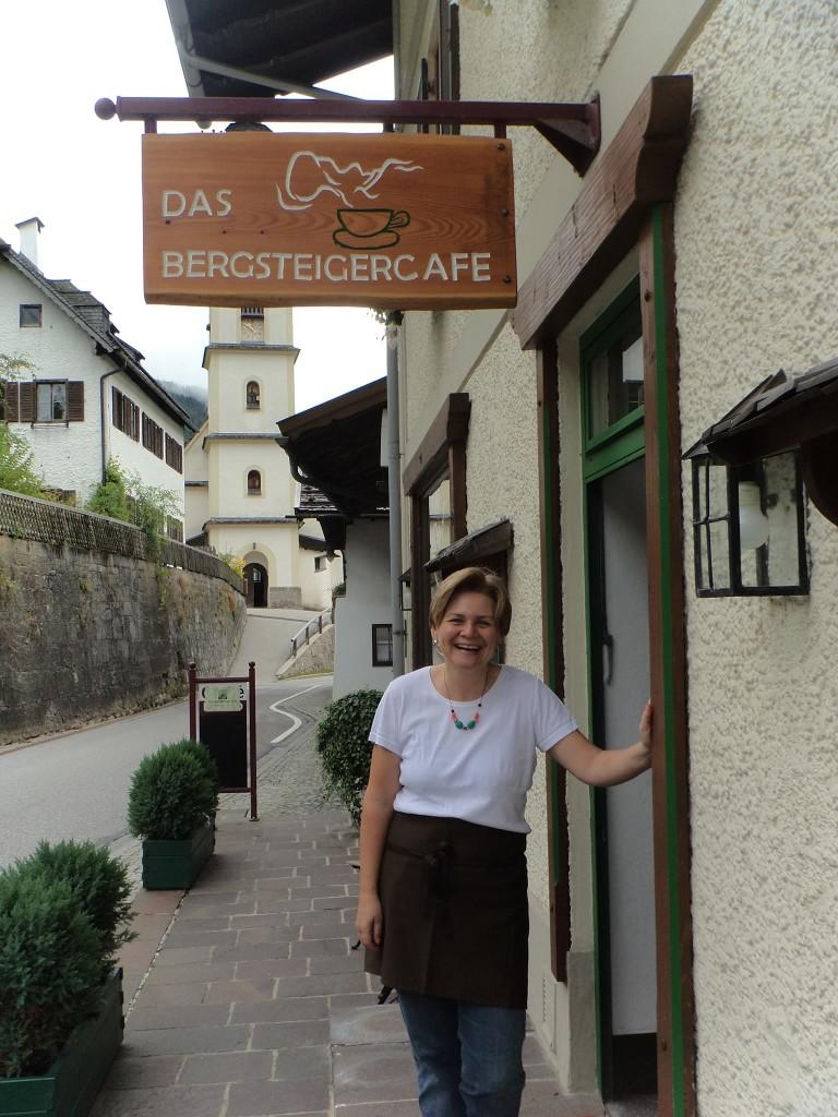 Petra Engljähringer vor dem Bergsteigercafe