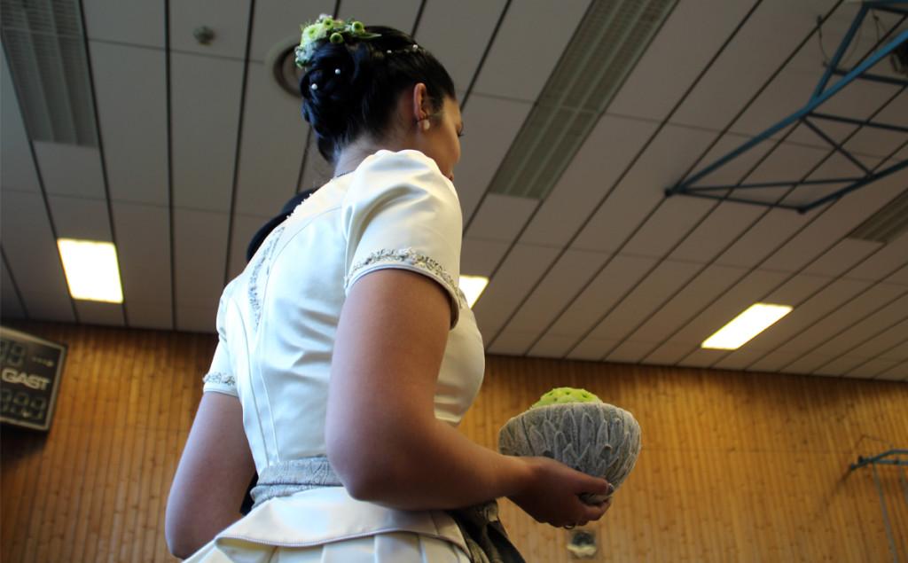 Traditionelles, sehr aufwendig gestaltetes Brautkleid mit futuristischem Blumenschmuck