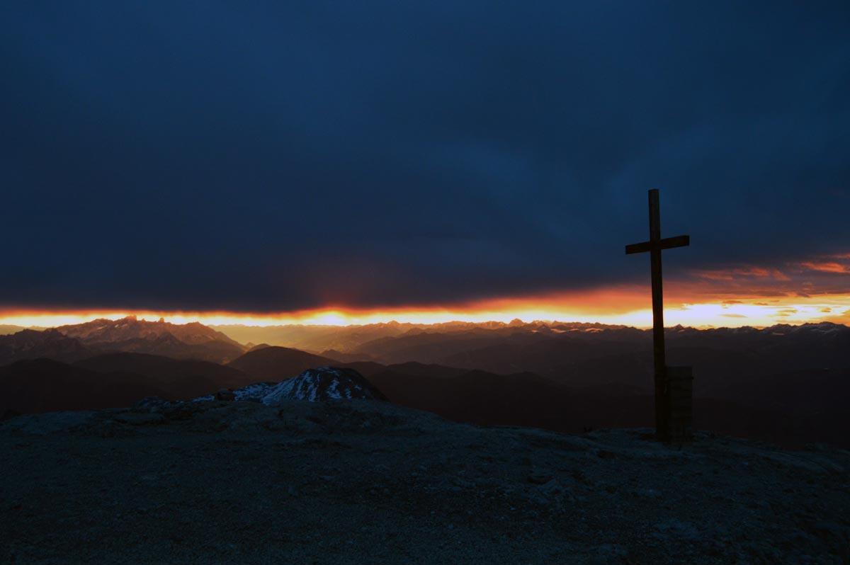 Das Gipfelkreuz des Hochkönigs bei Sonnenaufgang